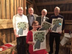 Hans Pedersen (nummer to fra venstre) har utnevnt fire æresmedlemmer i Vefsn museums- og lokalhistorielag. Det er Kalle Dolmen, Bjørnar Persen, Kjell Øksen og Rønnaug Tuven. (Foto: Asbjørg Sande)