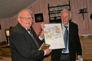 Harald Monsen overrakte Kristian Halse diplomet som viser at Halse endelig er blitt æresmedlem i Helgeland Historielag. Foto: Martin Jøsevold
