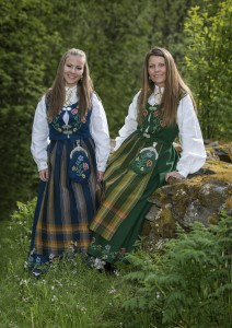 Linn Hege Johnsen (til høyre) og datteren Emilie Johnsen Brattbakk har valgt hver sin fargevariant av Nordlandsbunaden. De to pryder forsida på heftet om Nordlandsbunaden. (Foto: Bjørnar Pedersen)