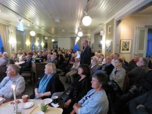 Bygdebokredaktør Knut Skorpen hadde forsmlingens fulle oppmerksomet i den drøyt timelange presentsjonen av gardshistorien for Mosjøen og Vefsn. (Foto: Asbjørg Sande)