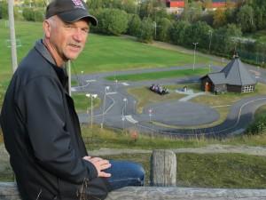 Forfatter Vidar Johansen i sin barndoms favorittareana, Finnbrauten i Vefsn.