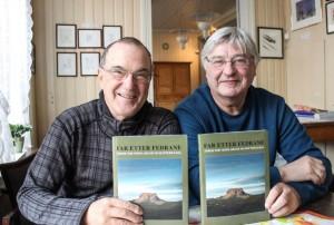 Kjell Øksendal (t.v.) og Per Sjåvik med 2017-utgaven av Far etter fedrane. (Foto: Rune Pedersen, Helgelendingen)