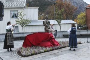 De to initiativtakerne til skulpturprosjektet, Mildrid Hendbukt-Søbstad og Tordis Landvik står for avdukingen. Fylkesordfører Sonja Alice Steen med ryggen til. (Foto: Benedicte Wærstad, Helgelendingen)